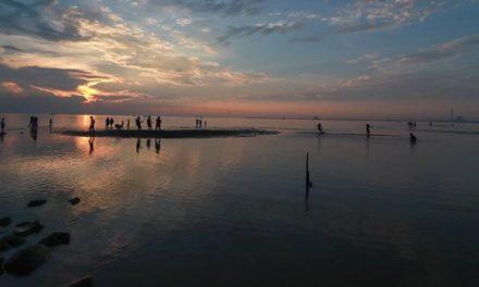 Keindahan Pantai Kejawanan  Destinasi Wisata Favorit